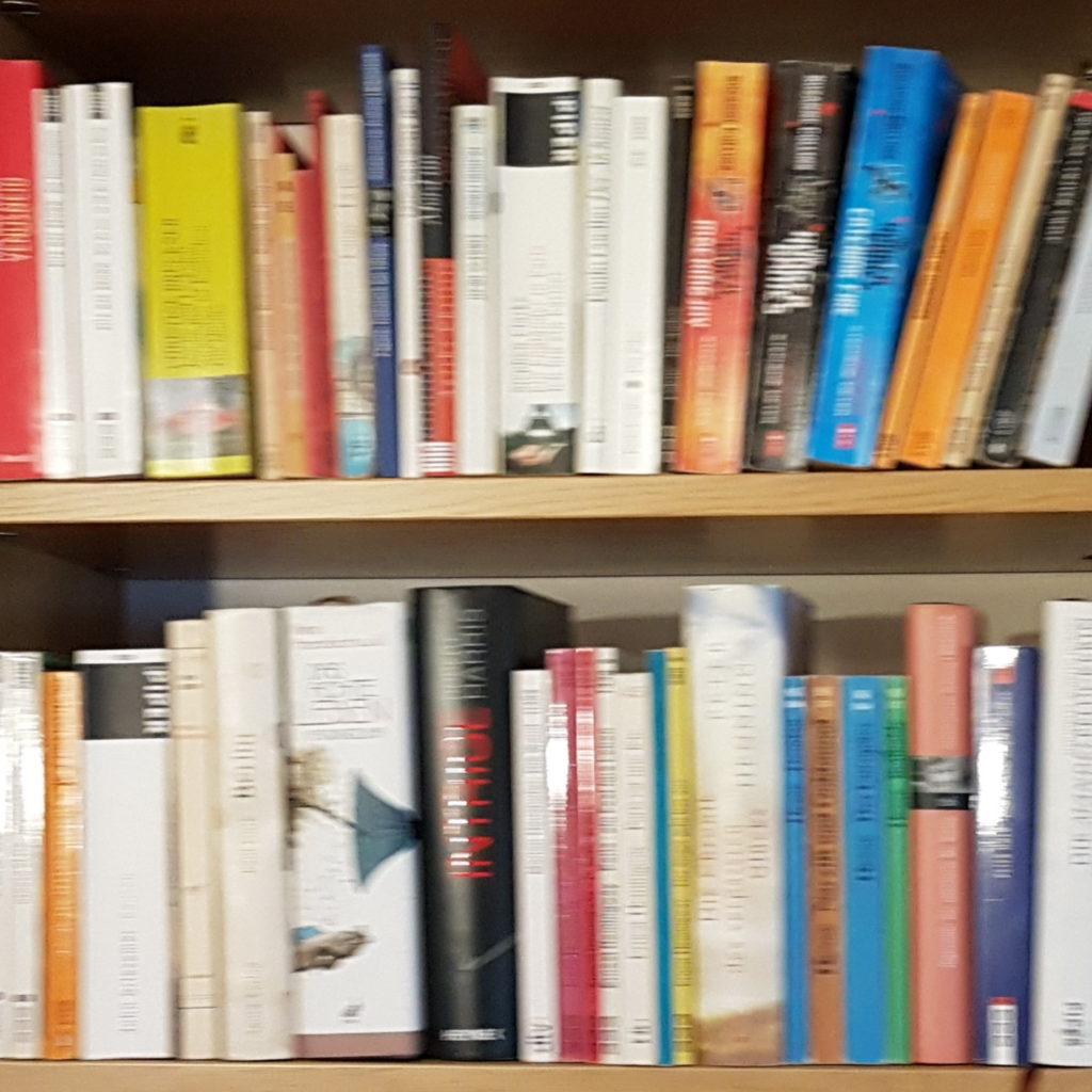 Bücher im Bücherregal - ein gutes Leben durch gute Bücher und intensive Lektüre